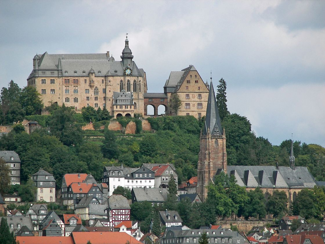 Das Marburger Schloss von Süden, rechts im Vordergrund die Lutherische Pfarrkirche.