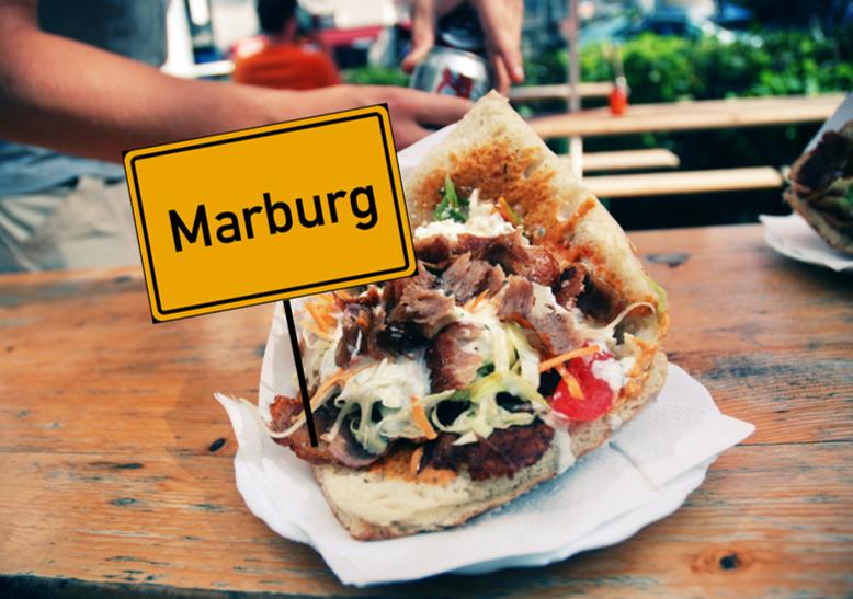 Marburger Ortsschild steckt in einem Döner.
