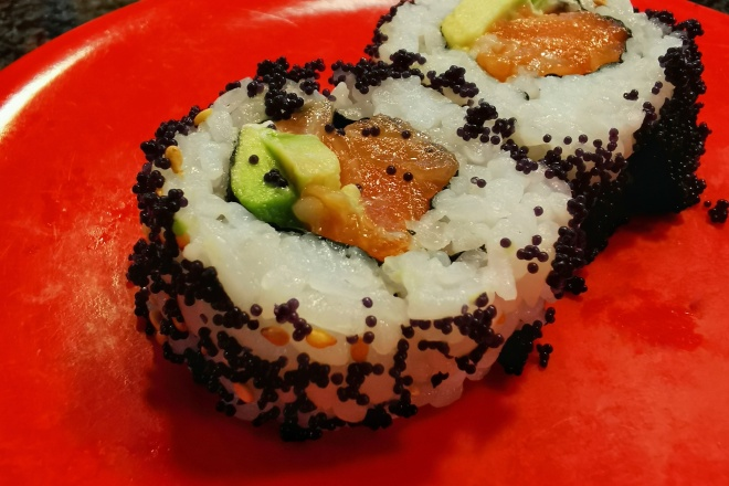 Inside Out Roll oder California Roll mit Lachs und Avocado